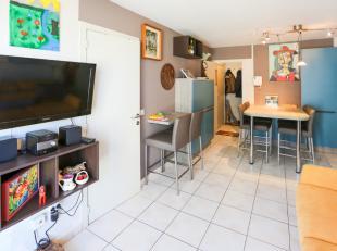 Dit instapklare appartement is gelegen op de 1ste verdieping<br /> Het appartement ligt pal aan het strand van Raversijde enopenbaar vervoer<br /> Zij