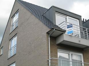 Perfect instapklaar duplex appartement in het centrum van Gistel met XL garage. Het appartement is zeer ruim en omvat; living met volledig uitgeruste