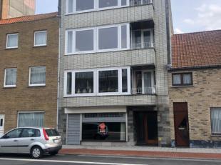 Handelspand gelegen op de Nieuwpoortsesteenweg.<br /> Er is een etalage aan de Nieuwpoortsesteenweg alsook een toegang in de Werkzaamheidstraat.<br />