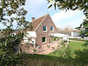Ruime, goedonderhouden villa op wandelafstand van de zee en de bruisende winkelstraat van Nieuwpoort Bad;<br /> De ligging is TOP!<br /> Woning ligt w