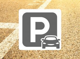 Parkeerplaats met gunstige ligging: vlakbij zeedijk en strand van Mariakerke<br /> Makkelijke in- en uitrit<br /> Onmiddellijk vrij!