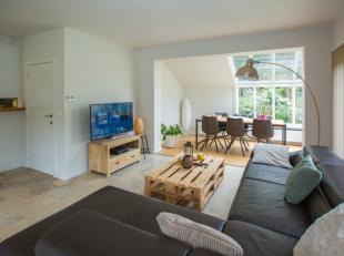 Deze alleenstaande en recent gerenoveerde woning met 4 slaapkamers en ruime garage is gelegen in de groene omgeving van Gistel.Het stadscentrum van Gi