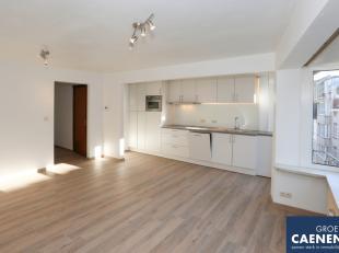 Instapklaar appartement gelegen op de derde verdieping (zonder lift).<br /> Ruime inkomhal<br /> Volledig vernieuwdekeuken<br /> Badkamer met bad, lav