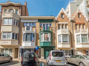 De woning is omgeven door typische kustwoningen en appartementsgebouwen.Gelijkvloers: inkom, opslagruimte , fietsenberging.Voor de woning is er een pa