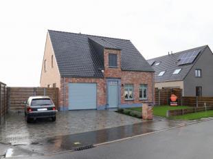 De woning islandelijk gelegen met een vlotte verbinding naar de E403 (Ruddervoorde - Torhout).Deze alleenstaande woning biedt u tal van troeven:<br />