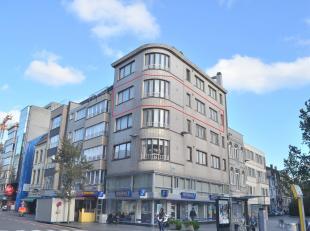Dit zonnige hoekappartement op de 3e verdieping heeft een mooi open zicht op het St-Jozefsplein. Goede ligging nabij station, centrum, winkels en zee.