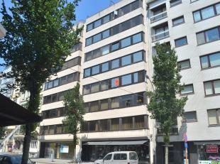 Dit instapklare appartement is uitstekend gelegen langs de zonnige kant van de Rogierlaan. Nabij zee, openbaar vervoer, winkels en centrum. Dubbel gla
