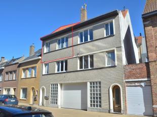 Dit gezellige duplex appartement is uitstekend gelegen ter Mariakerke nabij zee, winkels en openbaar vervoer. Op de 2e verdieping betreedt je via de