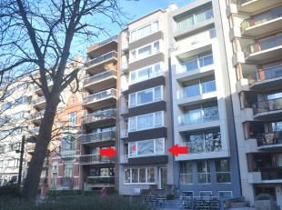 Dit ruime appartement van 102 m² heeft een uitstekende ligging aan het prestigieuze Prinses Stefanieplein, vlakbij winkels, openbaar vervoer en