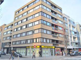 Dit zonnige appartement op de 3e verdieping is uitstekend gelegen nabij station, openbaar vervoer, winkels, zee en centrum. Lichtrijke leefruimte met