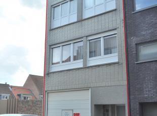 Deze woning is rustig gelegen te Stene nabij openbaarvervoer, winkels, scholen en invalswegen. Ruim pakhuis op de gelijkvloerse verdieping van ongevee