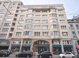 Dit ruime appartement is uitstekend gelegen in het hart van het oude centrum van Oostende in een prachtig art deco gebouw. Zonnige living in authentie