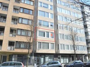 Dit zonnige appartement op de 2e verdieping van een kleine residentie is uitstekend gelegen in de Rogierlaan nabij zee, winkels, park en centrum. Lvii