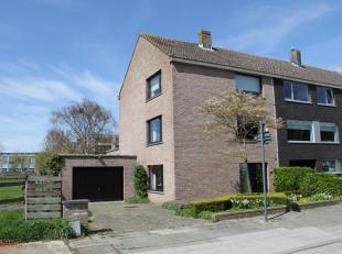 Verzorgde woning (geschikt voor vrij beroep), stevig en op traditionele wijze gebouwd in 1976, op een perceel bouwgrond van 400,80 m², met een br