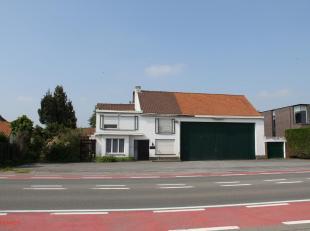 Dit eigendom is gelegen in een woningbouwgebied, en heeft een formidabele commerciële meerwaarde door zijn grote perceelbreedte aan de grote baan