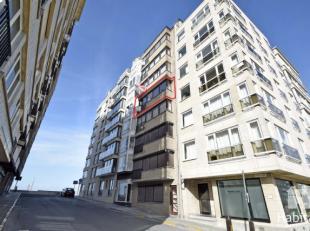Aangenaam en licht op te frissen appartement met zijdelings zicht op zee, gelegen op de 4de verdieping van een moderne residentie, vlakbij de winkelst