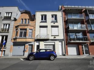 Deels vernieuwd appartement, op de 2de en hoogste verdieping van een kleine residentie zonder lift (minimale jaarlijkse kosten), centrale ligging vlak