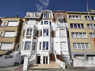 Volledig vernieuwde en uiterst ruime studio op de 2de verdieping van een kleine residentie, gelegen op enkele passen van het strand. Bestaat uit ruime