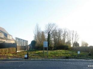 Ruim stuk bouwgrond van 1024m² gelegen op de Nieuwe Steenweg, dicht bij het centrum, ter hoogte van huisnummer 117. Geschikt voor halfopenbebouwi