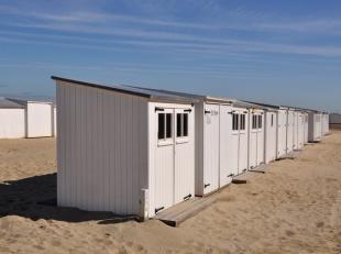 Strandcabine gelegen aan de Westkant, voorbij de Rotonde richting De Haan.<br /> Ter hoogte van de trap naar het voetbal.<br /> De strandcabines staan