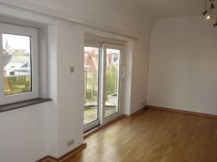Aangenaam, ongemeubeld appartement in het centrum van Wenduine op enkele stappen van de Zeedijk.<br />  Bestaande uit: inkomhall/nachthall, woonkamer