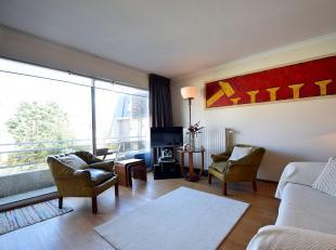 Studio décoré en style Art déco pour 2 pers. Séjour avec coin-repas et balcon, cuisine équipée et salon muni