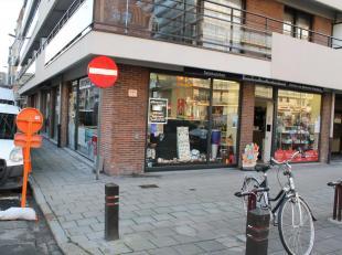 Ruim winkelpand op een hoek, gelegen pal in het centrum van Wenduine langs de tramroute en vlakbij de Zeedijk.<br /> Door zijn ligging op een hoek bes