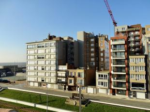 Dit appartement bevindt zich langs de achterkant van de Zeedijk en geniet de ganse dag zon.  De rotonde en de Zeedijk bevinden zich om de hoek en de g