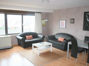 Appartement gelegen in commercieel centrum van Mariakerke* Derde verdieping* Inkomhal met opbergruimte* Ruime woonkamer met eethoek* Open keuken met a