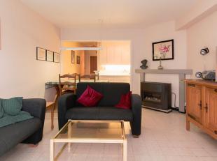 Dit appartement is gelegen op een tweede verdieping in een zijstraat van de Zeedijk en op 50 meter van het strand.<br /> Er is een ruime woonkamer met
