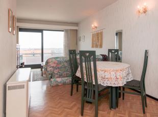 Mooi afgewerkt appartement op de vierde verdieping in aangename residentie met zonneterras.<br /> Gezellige woonkamer met open keuken, badkamer met li