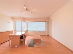 Zeer aangenaam appartement op de zevende verdieping. Ruime woonkamer met mooi zicht op zee en open keuken met alle nodige comfort. Badkamer met douche