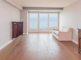 Zeer ruim appartement met een fantastisch zicht op zee gelegen op de Zeedijk van Middelkerke. Op een boogscheut van het Epernayplein en commercieel ce
