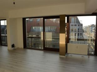 Ongemeubeld hoek appartement met 2 slaapkamers op de 4e verdieping gelegen in het centrum van Middelkerke. Het appartement beschikt over een inkomhal