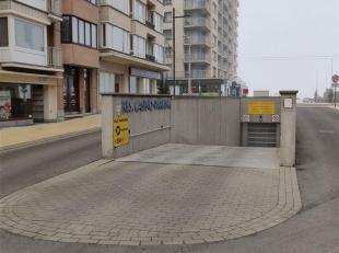 """Deze garagebox gelegen in de """"Casinoparking"""" situeert zich in het centrum van Middelkekerke. Deze box heeft een manuele poort en biedt ruimte voor een"""