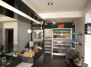 Centraal gelegen handelszaak - momenteel ingericht als koude bakkerij.<br /> Ruime winkel en praktische achterliggende ruimte - ruime opbergkelder in