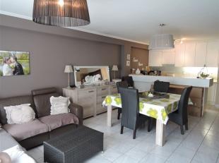 Zeer ruim en centraal gelegen appartement met 2 slaapkamers.<br /> Het appartement wordt ongemeubeld verhuurd en bestaat uit een ruime woonkamer met z