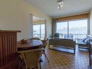 Ruim 2-kamer appartement met zeezichtbestaand uit:<br /> Zeer lichtrijke living<br /> 2 ruime kamers<br /> Klassieke open keuken<br /> Badkamer met do