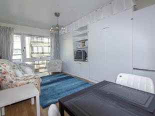 Centraal gelegen, gezellige studiobestaand uit:<br /> Lichtrijke living<br /> Open wandkeuken<br /> Ruime badkamer met bad<br /> Dubbele kelder (K24)<