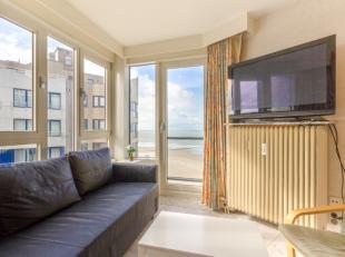 Heldere studio met slaaphoek en lateraal zeezichtbestaand uit:<br /> Lichtrijke leefruimte<br /> Afgesloten keuken met (wegneembaar) doorgeefluik<br /