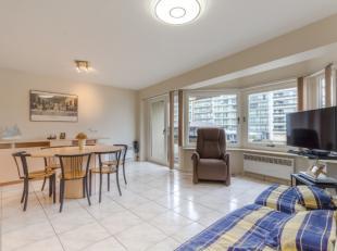 Modern 2-kamer appartement pal in het centrum van Westende-BadBestaand uit:<br /> Ruime, zeer lichtrijke salon<br /> Perfect geïntegreerde hoekke