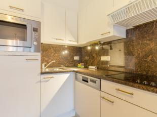 Ruim (+-65m²), instapklaar 2-kamer appartementbestaand uit:<br /> Ruime, heldere leefruimte<br /> Open, volledig uitgeruste hoekkeuken<br /> Grot