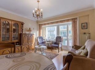 Ruim (72m²), centraalgelegen 2-kamer appartement bestaand uit:<br /> Zonnige living<br /> Afgesloten keuken met doorgeefluik<br /> Ruime badkamer
