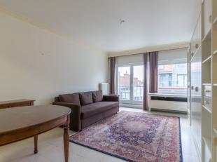 Ruim (62m²), op te frissen 1-kamer appartement bestaand uit:<br /> Comfortabele, grote leefruimte<br /> Afzonderlijke keuken met doorgeefluik<br