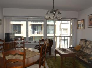 Appartement gelegen op de 2e verdieping van een kleine residentie zonder lift. Omvat: inkom; bergruimte; ruime woonkamer; gesloten keuken met doorgeef