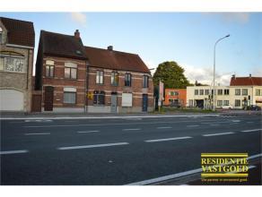 Ideale starterswoning op zeer gunstige ligging langs verbindingsweg Oostkamp-Brugge! Sint-Michiels om de hoek! Indeling: inkomhall, living, leefkeuken