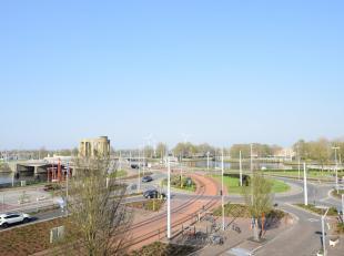 Dit ruime lichtrijke dakappartement (circa 90 m²) is gelegen op de prachtige visserskaai te Nieuwpoort. Het appartement bestaat uit een inkom, ru