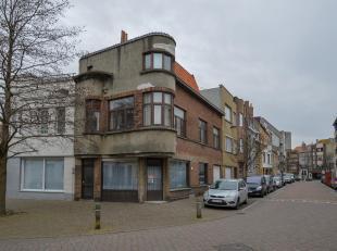 Deze te renoveren opbrengsteigendom is gelegen te Oostende op het kruispunt van de Steenbakkersstraat en de Karel van de Woestijnestraat en omvat drie