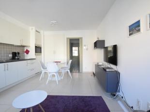 Hedendaagse studio met inkomhal, woonkamer met open keuken, badkamer met douche en toilet en terras. Mogelijkheid tot aankopen autostandplaats. Lift a