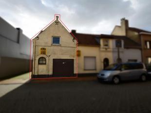Te renoveren woning in Nieuwpoort stad op 93 m². De aanpalende woning rechts kan bij aangekocht worden om als projectgrond aan te wenden. Aarzel